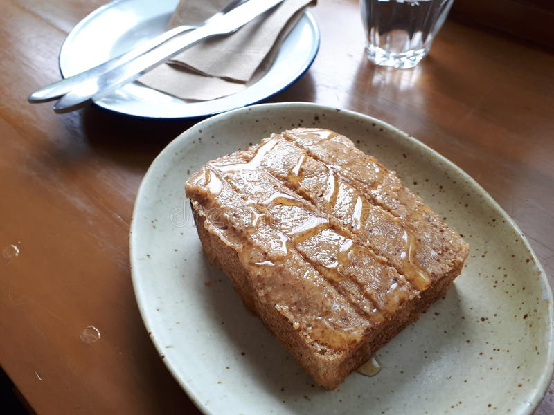 Pain grillé de beurre d'arachide photographie stock libre de droits