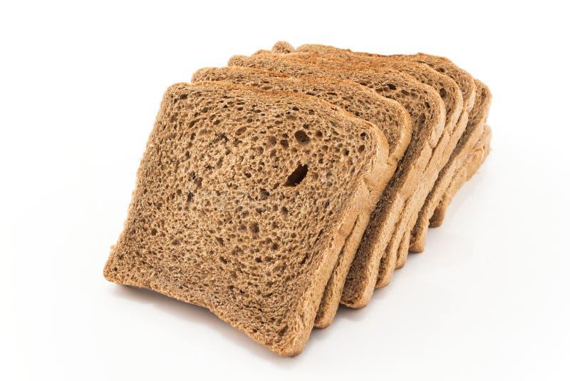Pain grillé de blé entier sur le blanc photo stock