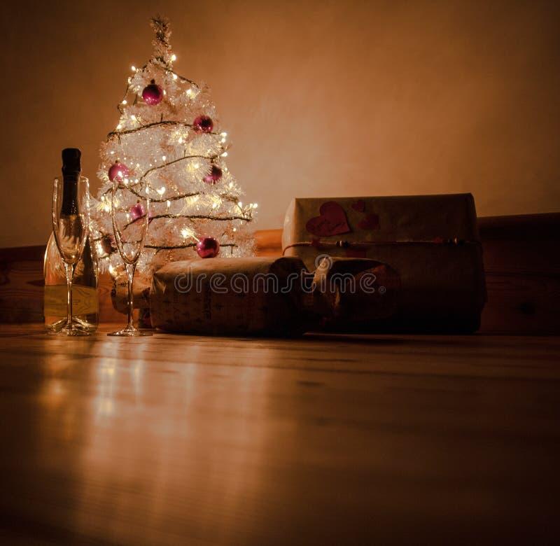 Pain grillé de Noël avec des cadeaux sous l'arbre images stock