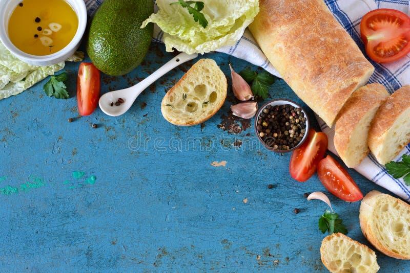 Pain italien de ciabatta avec du beurre, l'ail et les tomates photos libres de droits