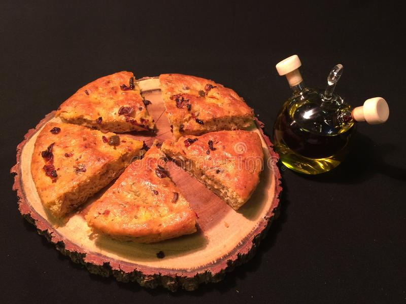 Pain italien de focacce sur un conseil en bois avec du vinaigre balsamique et l'huile d'olive vierge supplémentaire image stock