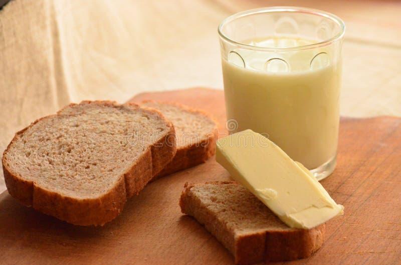 Pain, lait et beurre images stock