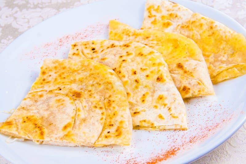 Pain naan indien du plat blanc photos stock