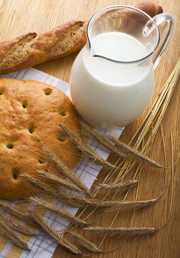 Pain, oreilles wheaten et une cruche de lait photo libre de droits