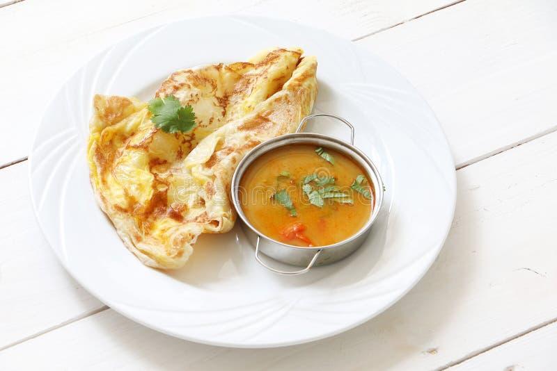 Pain ou telur indien de Roti avec de la sauce à cari photographie stock libre de droits