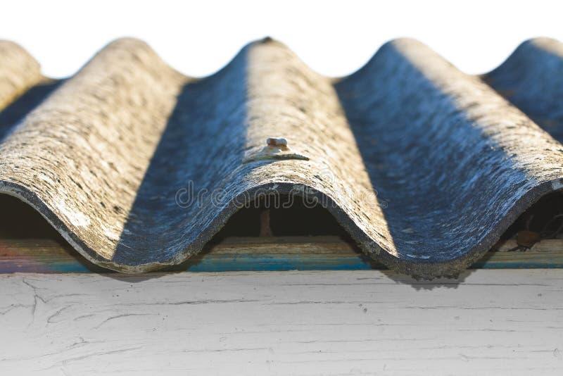 Pain?is perigosos do telhado do asbesto - um dos materiais os mais perigosos na ind?stria da constru??o civil imagens de stock