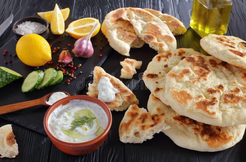 Pain pita fraîchement cuit au four avec de la sauce à yaourt photo stock