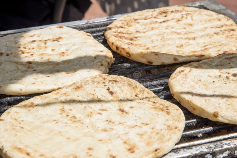 Pain pita grec sur le BBQ image stock
