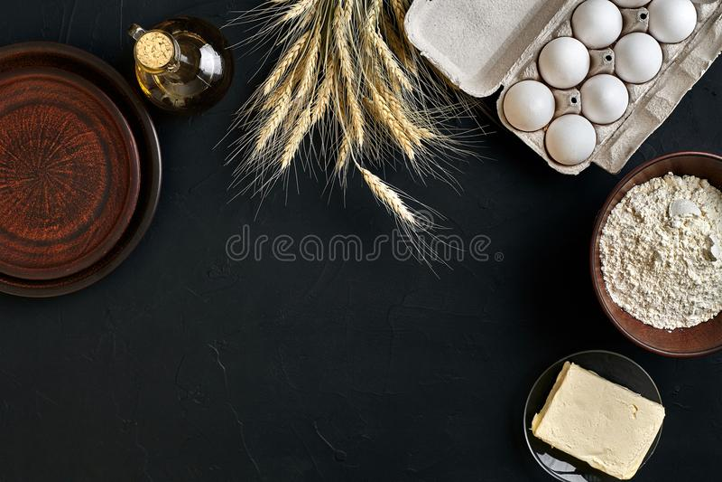 Pain, pizza ou tarte de recette de préparation de la pâte faisant les ingrédients, configuration plate de nourriture sur le fond  photographie stock