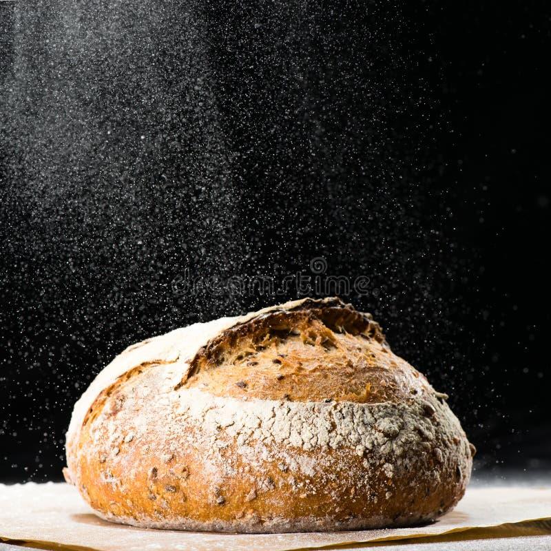 Pain rond traditionnel de pain de seigle d'artisan avec la noix et les graines W images stock