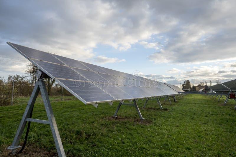 Pain?is solares em um telhado fotografia de stock royalty free
