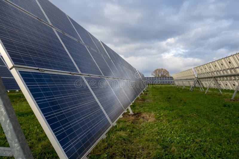 Pain?is solares em um telhado imagens de stock