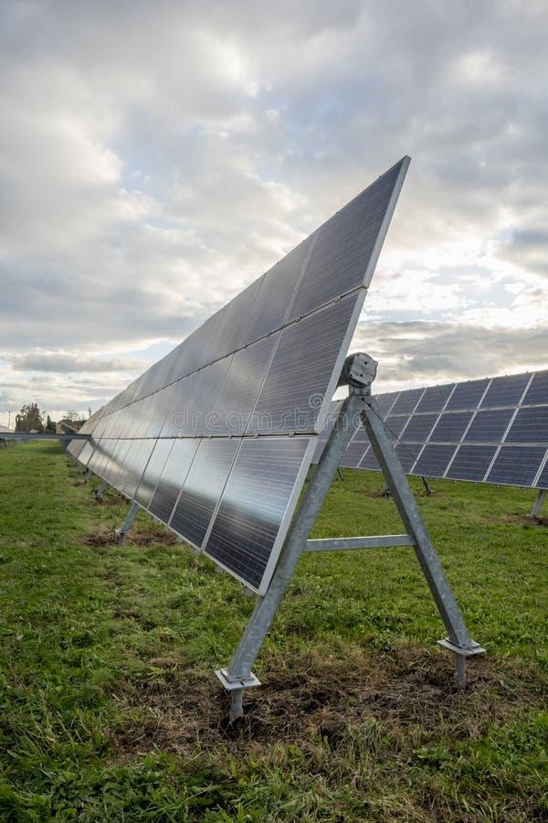 Pain?is solares em um telhado fotos de stock royalty free