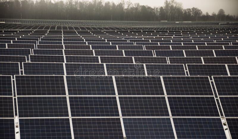 Pain?is solares em um telhado fotos de stock