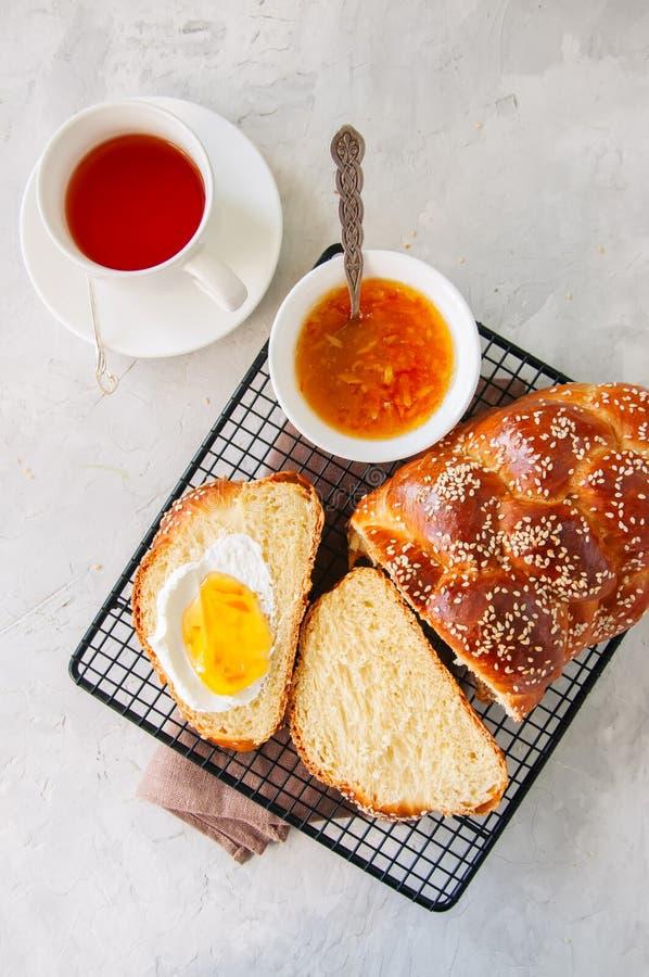 Pain traditionnel de pain du sabbat de la graine de sésame faite maison, confiture d'oranges et t photo stock