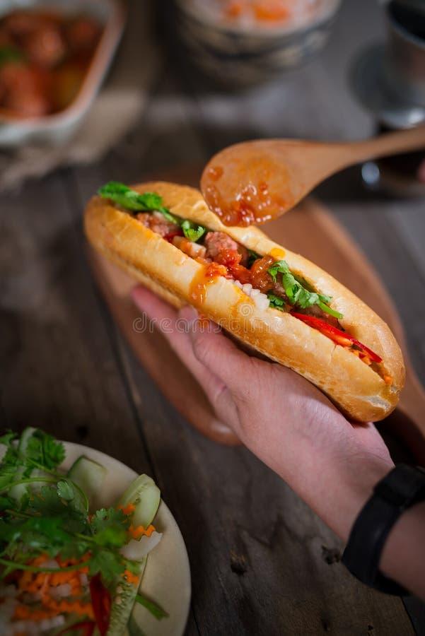 Pain vietnamien de sandwich avec des boulettes de viande à la sauce tomate et au rad photos libres de droits