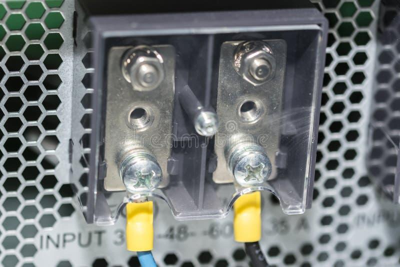 Painel bonde com terminal bonde dos cabos na caixa de junção fotografia de stock royalty free