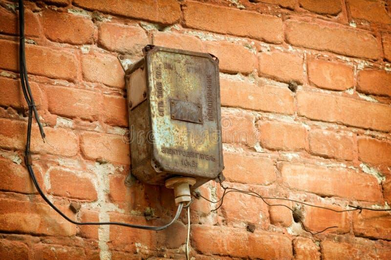 Painel bonde velho na parede da construção fotos de stock