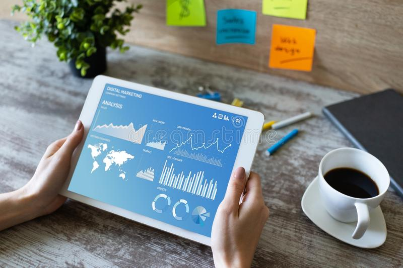 Painel da estratégia de marketing de Digitas na tela fotos de stock