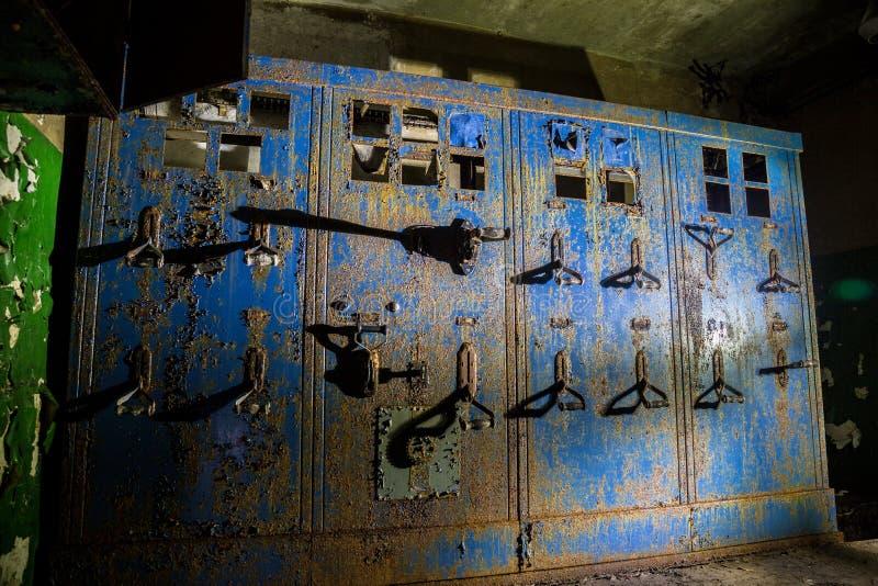 Painel de comando bonde oxidado velho na fábrica ou no depósito abandonado imagens de stock