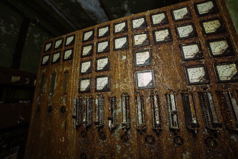 Painel de comando bonde oxidado velho na fábrica ou no depósito abandonado fotos de stock royalty free