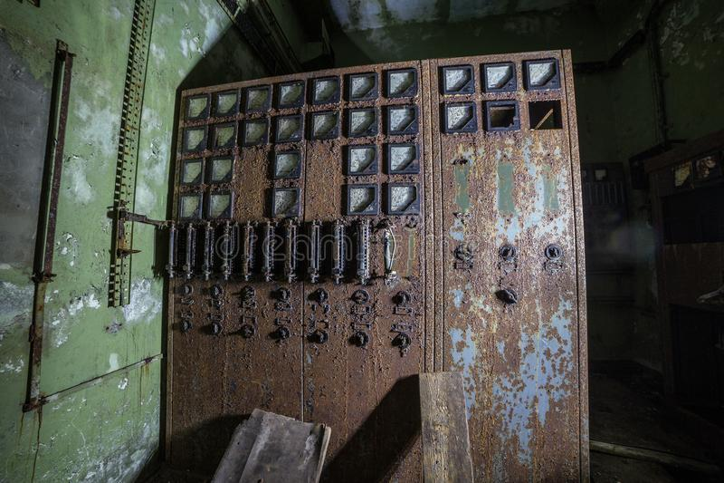 Painel de comando bonde oxidado velho na fábrica ou no depósito abandonado imagem de stock
