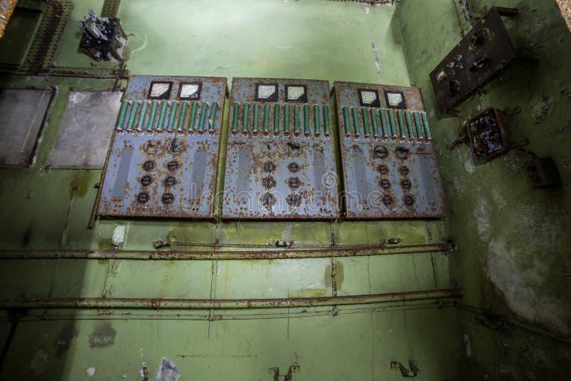 Painel de comando bonde oxidado velho na fábrica ou no depósito abandonado imagens de stock royalty free