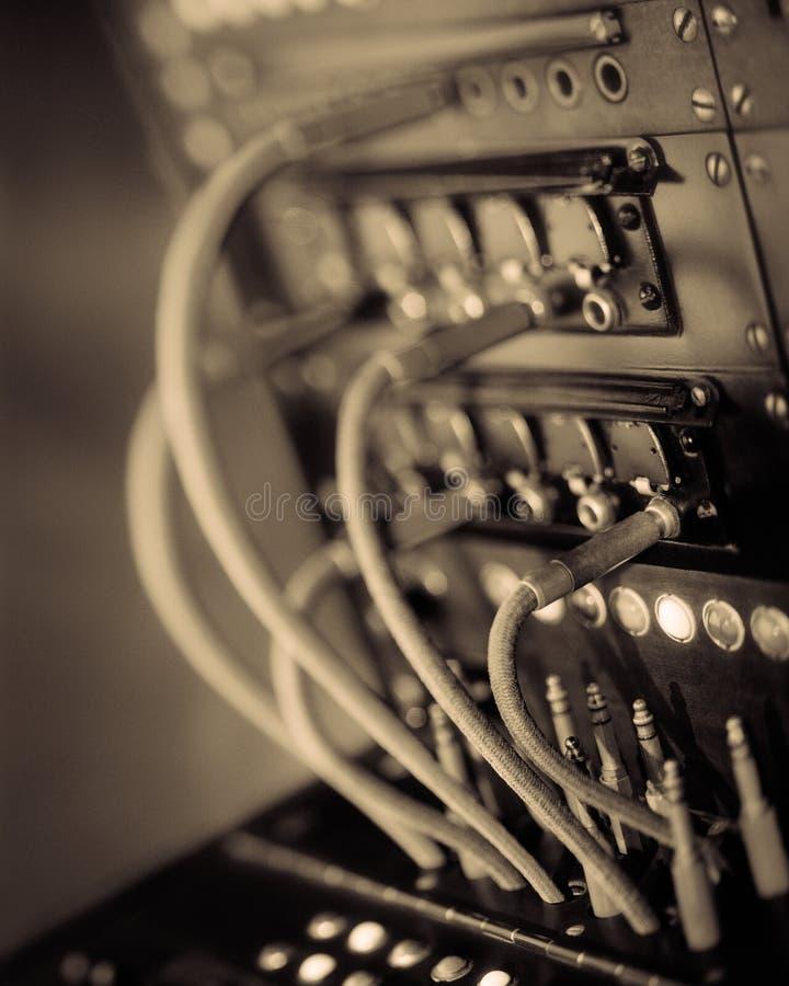 Painel de comando do telefone do vintage com cabos e tomadas Foco seletivo fotos de stock