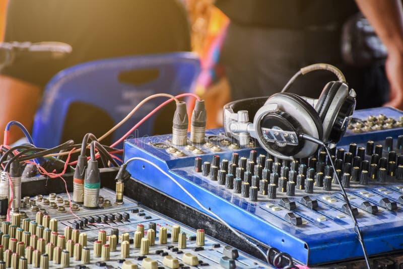 Painel de controle do misturador sadio com o fones de ouvido no concerto exterior mesmo fotografia de stock royalty free