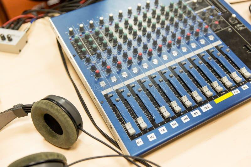 Painel de controle no estúdio de gravação ou na estação de rádio fotografia de stock