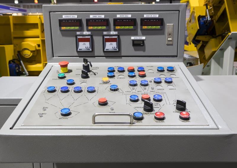 Painel de controle para a planta de mistura concreta fotos de stock