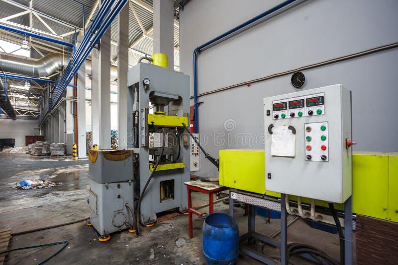 Painel de controle remoto do lixo que classifica o transporte na fábrica de tratamento moderna da reciclagem de resíduos Recolha  fotografia de stock