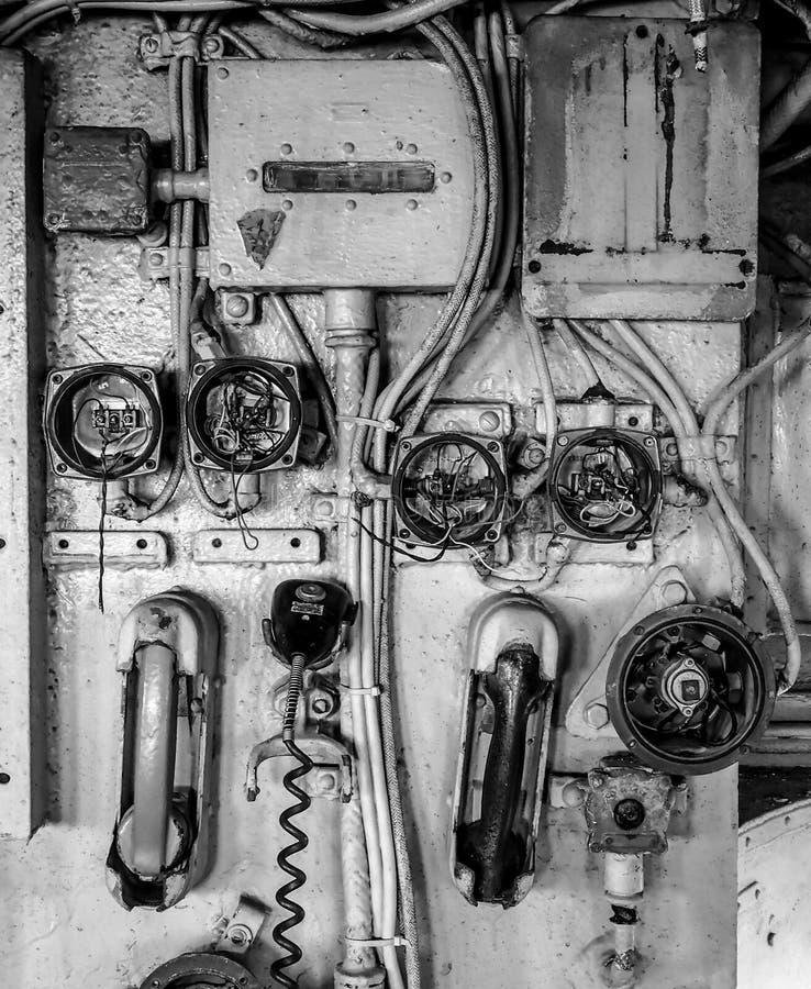 Painel de controle velho de uma comunicação da navio de guerra imagens de stock royalty free
