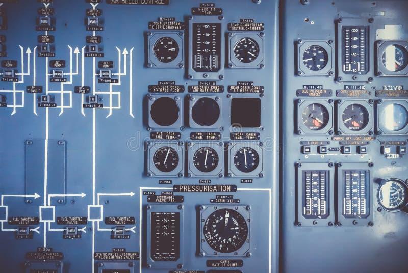Painel de controle velho do avião na cabina do piloto imagem de stock royalty free