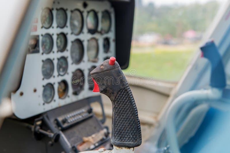 painel de controle velho em uma cabina do piloto com equipamento dos instrumentos imagens de stock