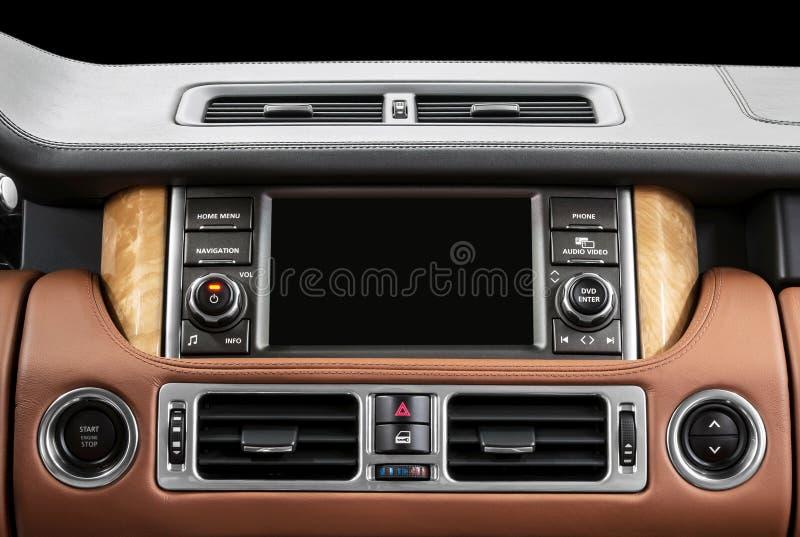 Painel de um carro moderno Sistema de multimédios da tela imagem de stock