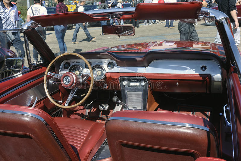 Painel de um convertible de Ford Mustang imagens de stock