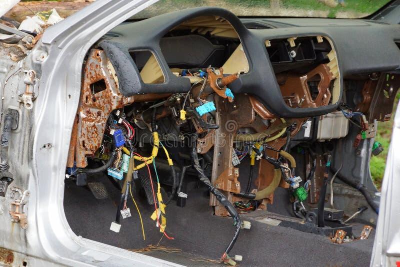 Painel desmontado de um carro velho com muitos fios foto de stock royalty free