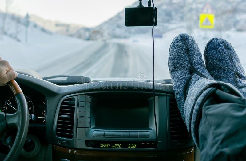 Painel do carro com pés do monitor e do passageiro imagem de stock royalty free