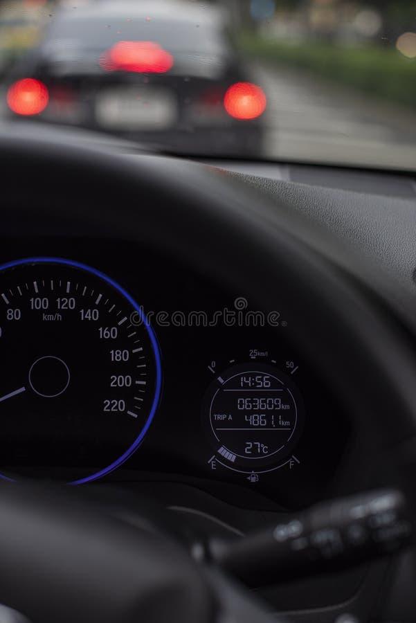Painel do carro ou painel de console com a tela digital iluminada das milhas que inclui os calibres que dizem o combustível, a ba fotografia de stock royalty free