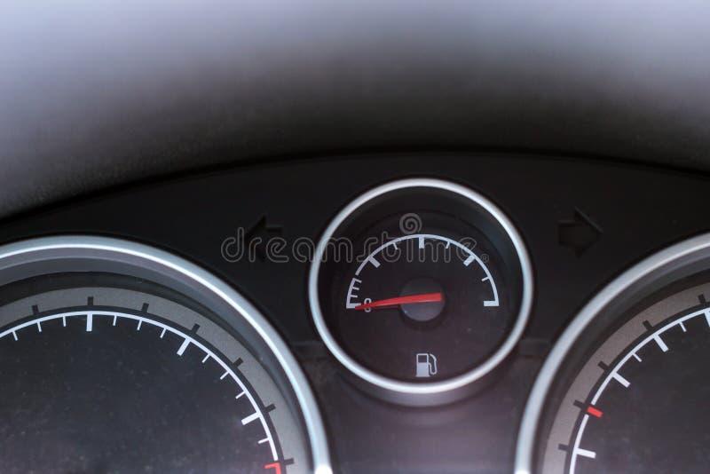Painel do carro Tacômetro, velocímetro e combustível imagem de stock
