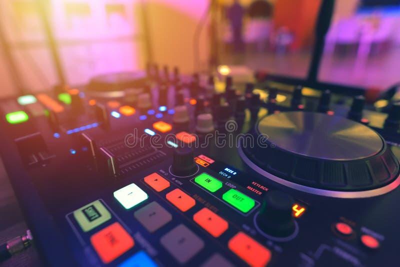 Painel do controlador do misturador do DJ para jogar a música e partying em um ni fotografia de stock