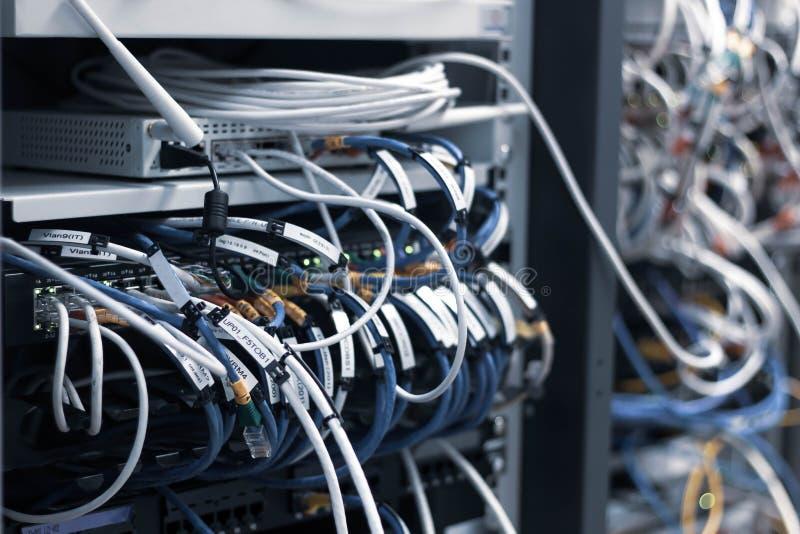 Painel do painel de comando com conexões de cabos caóticas da confusão fotografia de stock royalty free