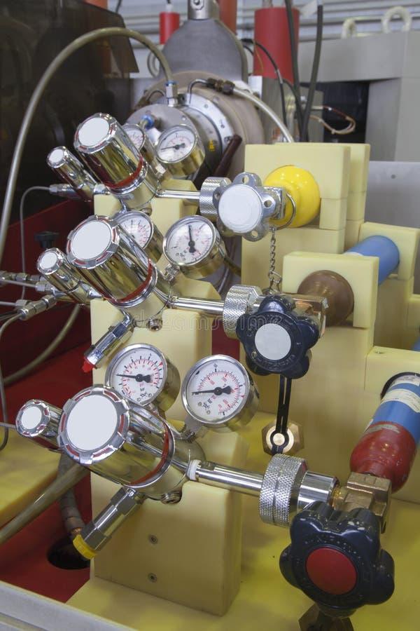 Painel do manômetro no laboratório nuclear fotos de stock