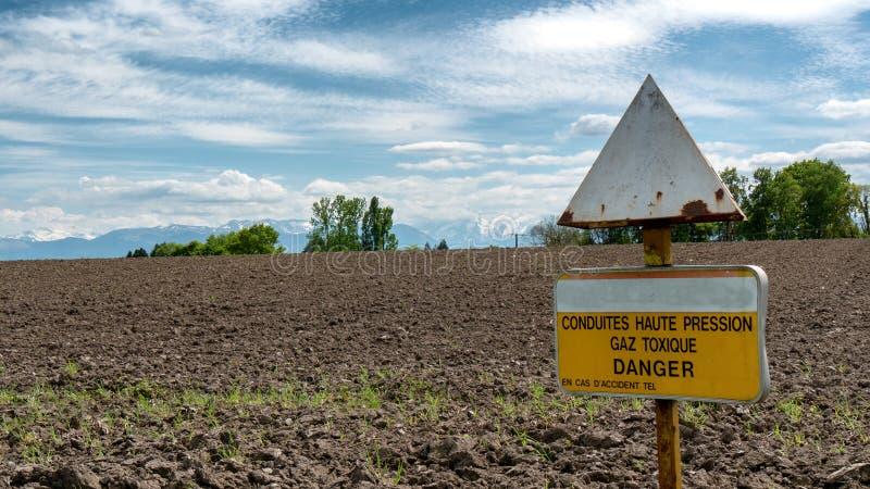 Painel do perigo do gás tóxico no campo francês fotografia de stock royalty free