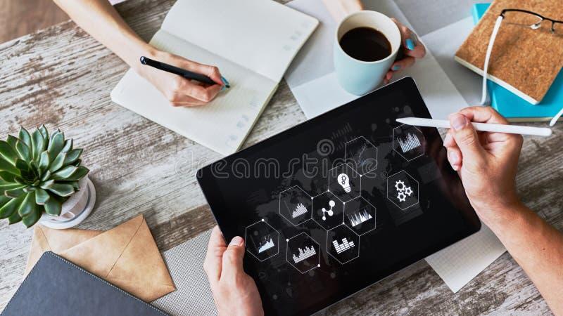 Painel e dados de controle do processo de negócios que analisam o monitor com carta e diagramas na tela do dispositivo Conceito s imagem de stock