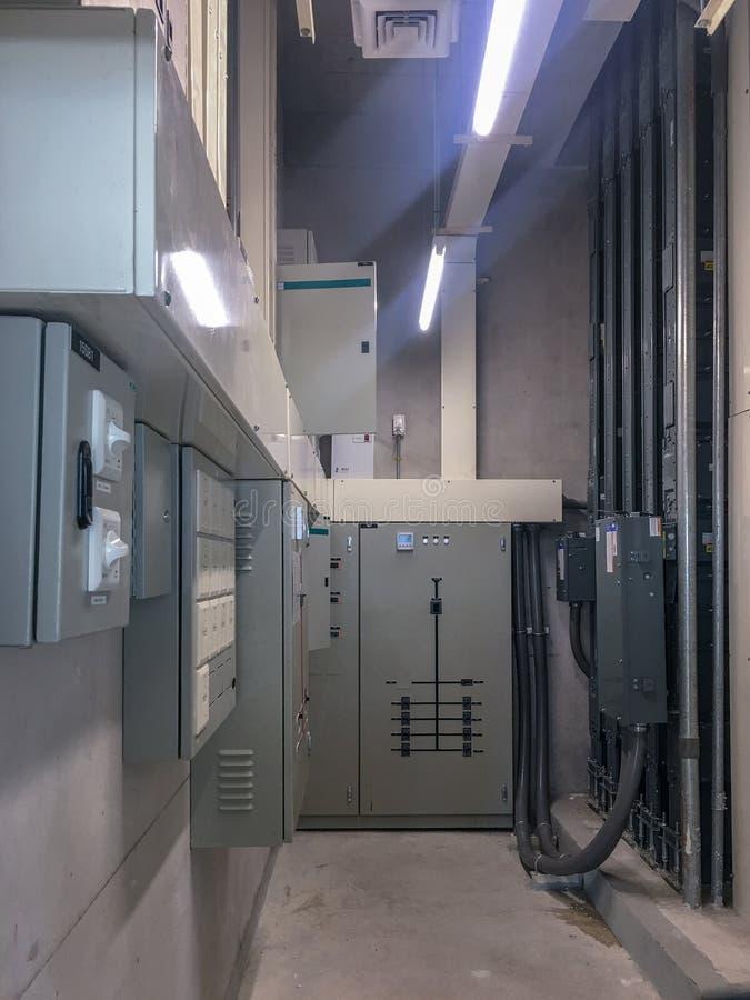 Painel elétrico na sala elétrica para o controle e para distribuir o sistema de energia na construção fotografia de stock royalty free