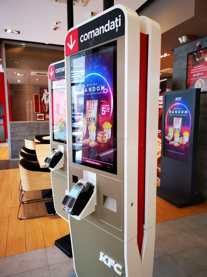 Painel eletrônico para pedir o alimento no restaurante de KFC, Romênia imagem de stock