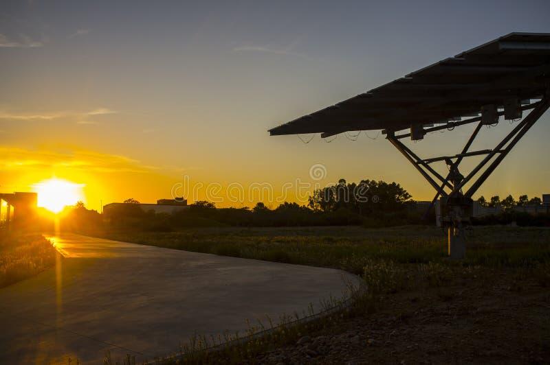 Painel fotovoltaico urbano no por do sol fotografia de stock royalty free