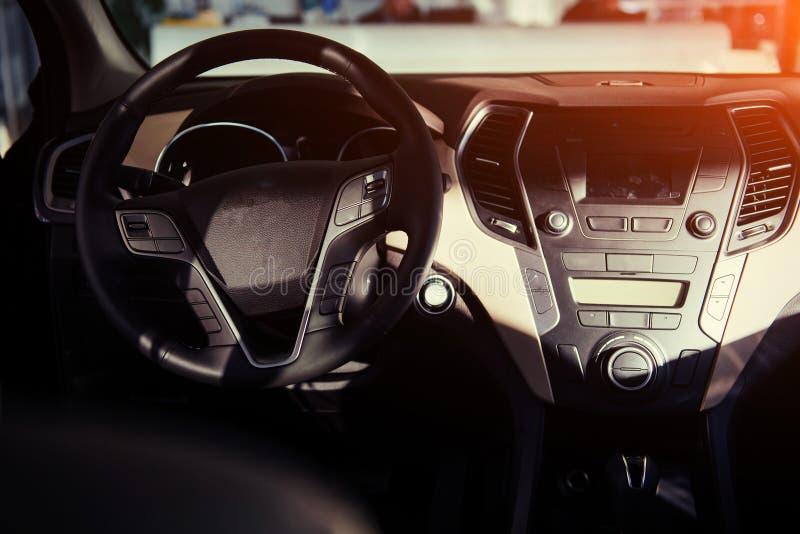 Painel interior e volante do carro moderno fotos de stock